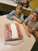 Diena noslēdzas ar pašceptās kūkas nobaudīšanu un laba vēlējumiem Latvijai, saviem draugiem un skolotājiem!